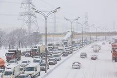 莫斯科,俄罗斯- 2018年2月:在MKAD圈子莫斯科路的交通堵塞在飞雪暴风雪期间 库存照片