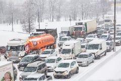 莫斯科,俄罗斯- 2018年2月:在MKAD圈子莫斯科路的交通堵塞在飞雪暴风雪期间 免版税图库摄影