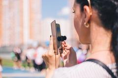 莫斯科,俄罗斯- 2019年5月:拍在电话的女孩的特写镜头照片 免版税库存图片