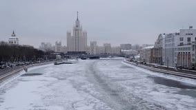 莫斯科,俄罗斯- 2018年12月:掀动在部背景的12月结冰的莫斯科河外国 影视素材