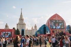 莫斯科,俄罗斯- 2018年6月:爱好者节日的看法在俯视MSU的麻雀山的莫斯科 免版税库存照片