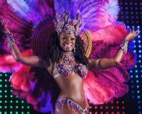 莫斯科,俄罗斯2017年1月:美丽的明亮的五颜六色的狂欢节服装阐明了舞台背景 桑巴舞蹈家臀部 免版税库存照片