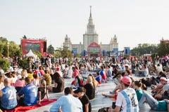 莫斯科,俄罗斯- 2018年6月:观看在一爱好者费斯特的足球迷比赛在麻雀山的莫斯科 库存图片