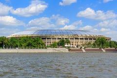 莫斯科,俄罗斯- 2018年5月30日:一个Luzhnetskaya堤防的Luzhniki体育场在晴天 库存照片