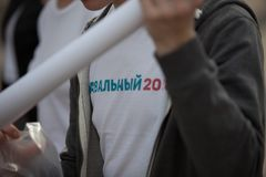 莫斯科,俄罗斯- 2018年4月30日:一件T恤杉的一个人有题字` Navalny 2018年`的从在萨哈罗夫大道的一次集会出来 免版税库存照片
