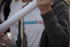 莫斯科,俄罗斯- 2018年4月30日:一件T恤杉的一个人有题字` Navalny 2018年`的从在萨哈罗夫大道的一次集会出来 库存照片