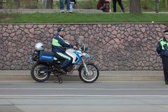莫斯科,俄罗斯- 2018年4月30日:一辆摩托车的一位路警察在萨哈罗夫大道的一次集会以后 库存照片
