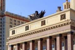 莫斯科,俄罗斯- 2018年6月02日:与上面专栏的建筑合奏在入口向罗蒙诺索夫莫斯科国立大学MS 免版税库存图片