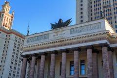 莫斯科,俄罗斯- 2018年6月02日:与上面专栏的建筑合奏在入口向罗蒙诺索夫莫斯科国立大学MS 库存照片