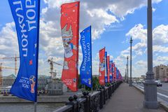 莫斯科,俄罗斯- 2018年6月03日:与世界杯足球赛Bol ` shoy Kamennyy桥梁的俄罗斯的标志的挥动的旗子2018年在一个晴朗的总和 库存照片