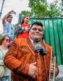 莫斯科,俄罗斯- 2018年7月7日:与喇叭的快乐的墨西哥街道音乐家号手墨西哥流浪乐队画象在手中 图库摄影