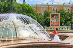 莫斯科,俄罗斯- 2018年6月03日:与德国橄榄球队照片的海报在喷泉背景的在Manezhnaya广场nea的 免版税库存图片