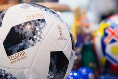 莫斯科,俄罗斯- 2018年4月30日:世界杯的国际足球联合会2018顶面滑翔机比赛球复制品mundial在纪念品店 免版税库存图片