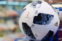莫斯科,俄罗斯- 2018年4月30日:世界杯的国际足球联合会2018顶面滑翔机比赛球复制品mundial在纪念品店 免版税库存照片