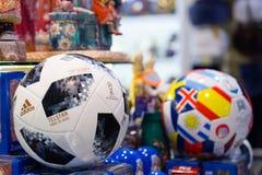莫斯科,俄罗斯- 2018年4月30日:世界杯的国际足球联合会2018顶面滑翔机比赛球复制品mundial在纪念品店 库存照片