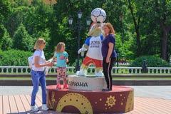 莫斯科,俄罗斯- 2018年6月03日:世界杯足球赛俄罗斯2018年狼的正式标志背景的游人Zabivaka在Manezhn 免版税库存照片