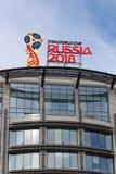 莫斯科,俄罗斯- 2018年3月25日:世界足联杯子俄罗斯2018在大厦屋顶的官员商标 库存照片