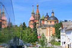 莫斯科,俄罗斯- 2018年6月03日:了不起的受难者巴巴拉教会有圣蓬蒿` s大教堂和克里姆林宫塔的 从Zar的看法 库存图片