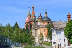 莫斯科,俄罗斯- 2018年6月03日:了不起的受难者巴巴拉教会有圣蓬蒿` s大教堂和克里姆林宫塔的 从Zar的看法 免版税库存图片