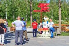 莫斯科,俄罗斯- 2018年6月03日:从拍与世界杯足球赛俄罗斯2018年狼的正式标志的亚洲的游人照片Zab 免版税库存照片
