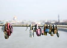 莫斯科,俄罗斯- 2018年4月10日:从Pushkinsky步行桥的场面在有爱锁的莫斯科河在路轨 库存图片