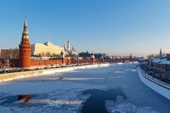 莫斯科,俄罗斯- 2018年2月01日:以Moskva河为背景的克里姆林宫在晴朗的冬日 库存照片