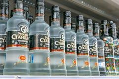 莫斯科,俄罗斯- 2018年3月12日:俄国标准伏特加酒 著名伏特加酒品牌 酒产品在商店 库存图片