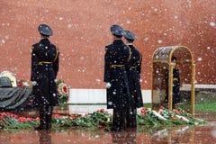 莫斯科,俄罗斯- 2017年5月08日:俄罗斯的总统护卫队的每小时变动无名战士和永恒火焰坟茔的  免版税图库摄影
