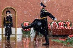 莫斯科,俄罗斯- 2017年5月08日:俄罗斯的总统护卫队的每小时变动无名战士和永恒火焰坟茔的  库存图片