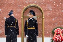 莫斯科,俄罗斯- 2017年5月08日:俄罗斯的总统护卫队的每小时变动无名战士和永恒火焰坟茔的  库存照片