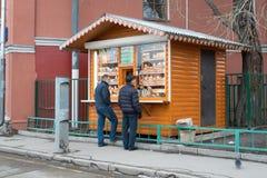 莫斯科,俄罗斯- 2017年12月21日:克里姆林宫与B的商店产品 库存图片
