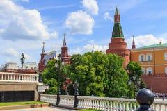 莫斯科,俄罗斯- 2018年6月03日:克里姆林宫和状态历史博物馆大厦反对蓝天 从Manezhnaya Squ的看法 免版税库存图片