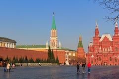 莫斯科,俄罗斯- 2018年4月15日:克里姆林宫和状态历史博物馆大厦看法在一个晴朗的春天早晨 库存图片