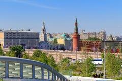 莫斯科,俄罗斯- 2018年6月03日:克里姆林宫和Bol `看法从Zaryadye的shoy Moskvoretskiy桥梁停放一个晴朗的夏天早晨 库存照片