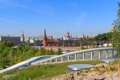 莫斯科,俄罗斯- 2018年6月03日:克里姆林宫和Bol `看法从Zaryadye的shoy Moskvoretskiy桥梁停放一个晴朗的夏天早晨 免版税库存照片