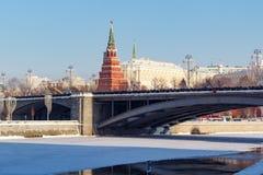 莫斯科,俄罗斯- 2018年2月01日:克里姆林宫和Bol ` shoy Kamennyy桥梁在晴朗的冬天早晨 图库摄影