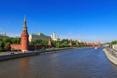 莫斯科,俄罗斯- 2018年5月27日:克里姆林宫和Moskva河看法在一个晴朗的晚上 免版税图库摄影