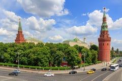 莫斯科,俄罗斯- 2018年6月03日:克里姆林宫塔和大厦反对蓝天的在晴朗的夏日 库存照片
