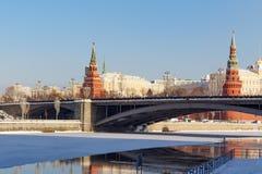 莫斯科,俄罗斯- 2018年2月01日:克里姆林宫塔有Bol ` shoy Kamennyy桥梁的在蓝天背景 wi的莫斯科 免版税库存图片