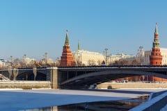 莫斯科,俄罗斯- 2018年2月01日:克里姆林宫塔Bol ` shoy Kamennyy桥梁背景的 从Bersenevskaya的看法 库存照片