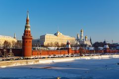 莫斯科,俄罗斯- 2018年2月01日:克里姆林宫建筑合奏晴朗的冬日 从Bol ` shoy Kamenny的看法 库存照片