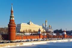 莫斯科,俄罗斯- 2018年2月01日:克里姆林宫建筑合奏晴朗的冬日 从Bol ` shoy Kamenny的看法 库存图片