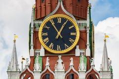 莫斯科,俄罗斯- 2019年6月02日:克里姆林宫特写镜头Spasskaya塔编钟时钟在天空蔚蓝背景的与白色的 免版税图库摄影