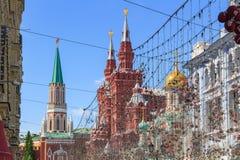 莫斯科,俄罗斯- 2018年6月03日:克里姆林宫状态历史博物馆塔和大厦反对蓝天的在晴朗的夏天m 免版税库存照片