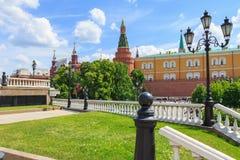 莫斯科,俄罗斯- 2018年6月03日:克里姆林宫看法从Manezhnaya广场的在晴朗的夏天早晨 库存照片