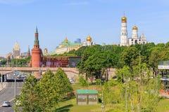 莫斯科,俄罗斯- 2018年6月03日:克里姆林宫看法从Zaryadye公园的在晴朗的夏天早晨 库存图片