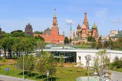 莫斯科,俄罗斯- 2018年6月03日:克里姆林宫看法和圣蓬蒿从Zaryadye的` s大教堂在一个晴朗的夏天早晨停放 免版税库存图片