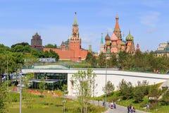 莫斯科,俄罗斯- 2018年6月03日:克里姆林宫看法和圣蓬蒿从Zaryadye的` s大教堂在一个晴朗的夏天早晨停放 免版税图库摄影