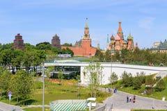 莫斯科,俄罗斯- 2018年6月03日:克里姆林宫看法和圣蓬蒿从Zaryadye的` s大教堂在一个晴朗的夏天早晨停放 库存照片