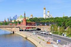 莫斯科,俄罗斯- 2018年6月03日:克里姆林宫看法Bol ` shoy Moskvoretskiy桥梁背景的在晴朗的夏天早晨 库存图片